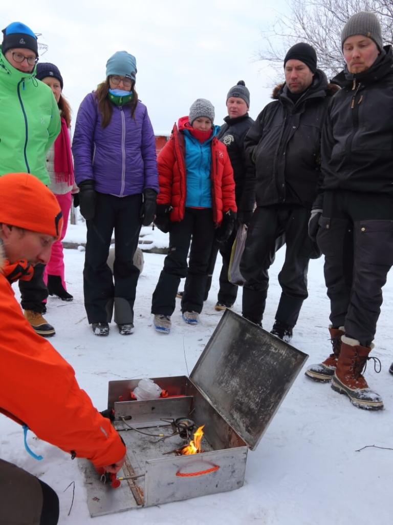 Talvivaeltajan keittiö: bensakeitin ja keitinlaatikko